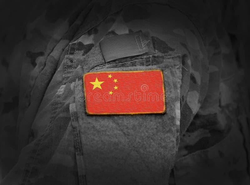 A bandeira de China em soldados arma a colagem imagem de stock
