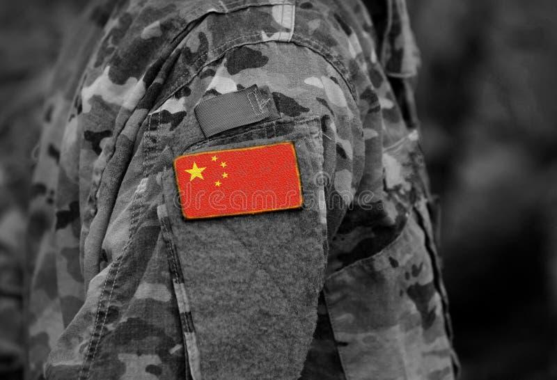A bandeira de China em soldados arma a colagem fotos de stock royalty free