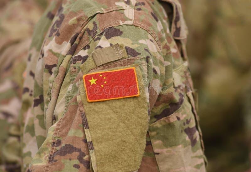 A bandeira de China em soldados arma a colagem fotografia de stock