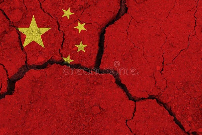 Bandeira de China na terra rachada fotografia de stock royalty free