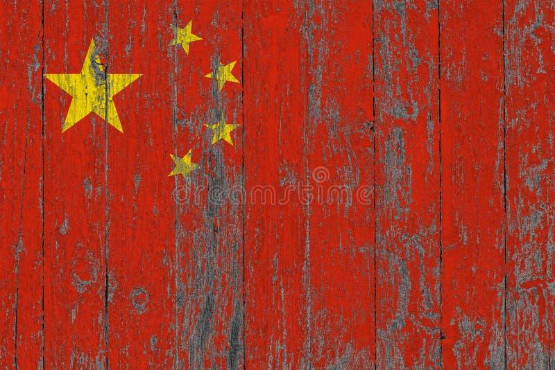 A bandeira de China pintou para fora em fundo de madeira gasto da textura imagens de stock
