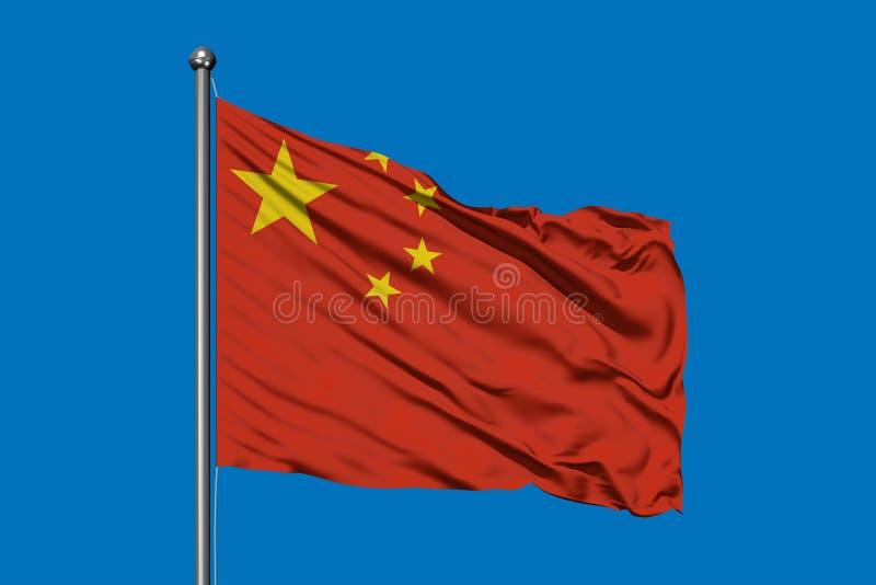 Bandeira de China que acena no vento contra o céu azul profundo Bandeira chinesa imagens de stock royalty free