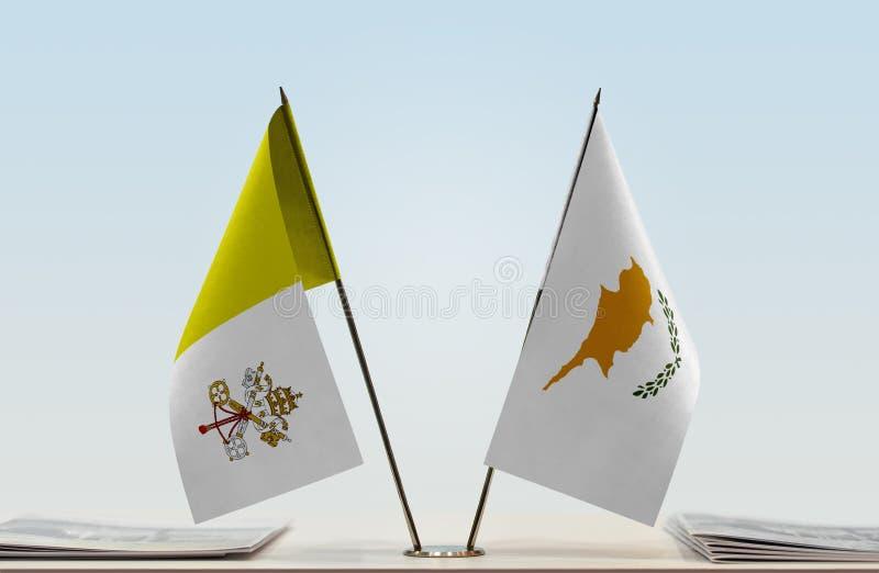 Bandeira de Cidade Estado do Vaticano e de Chipre imagens de stock royalty free