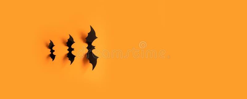 Bandeira de Dia das Bruxas com bastões pretos em um fundo alaranjado, vista superior foto de stock royalty free