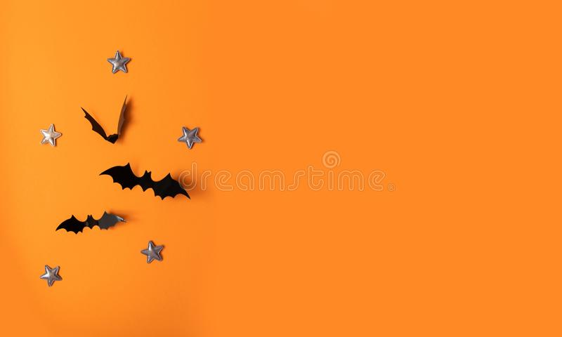 Bandeira de Dia das Bruxas com preto mas em um fundo alaranjado, vista superior fotos de stock