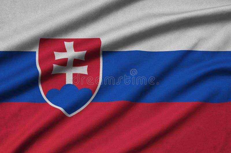 A bandeira de Eslováquia é descrita em uma tela de pano dos esportes com muitas dobras Bandeira da equipe de esporte fotografia de stock