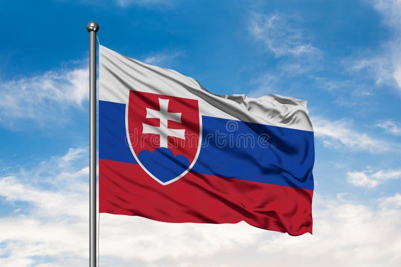 Bandeira de Eslováquia que acena no vento contra o céu azul nebuloso branco Bandeira eslovaca foto de stock