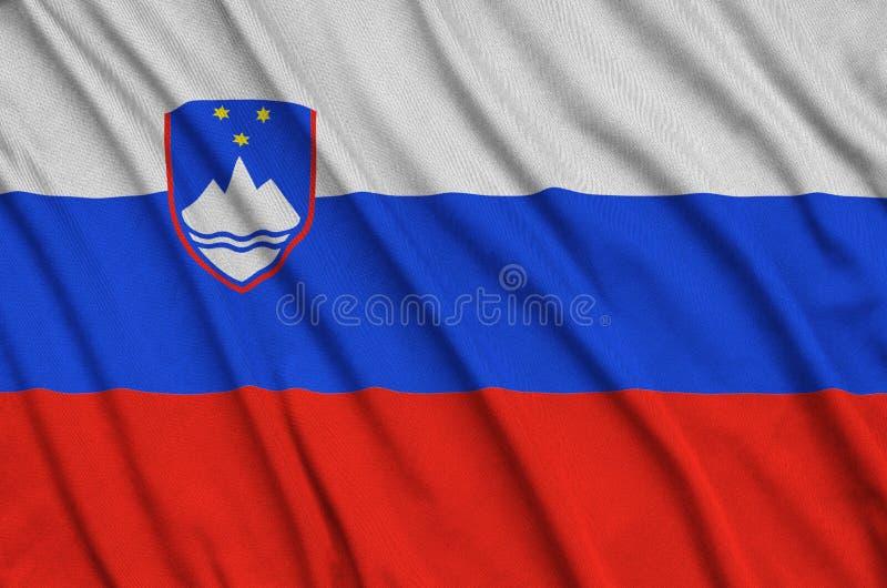 A bandeira de Eslovênia é descrita em uma tela de pano dos esportes com muitas dobras Bandeira da equipe de esporte imagem de stock