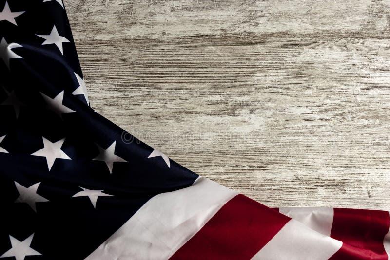 Bandeira de Estados Unidos na tabela de madeira, criando um quadro foto de stock