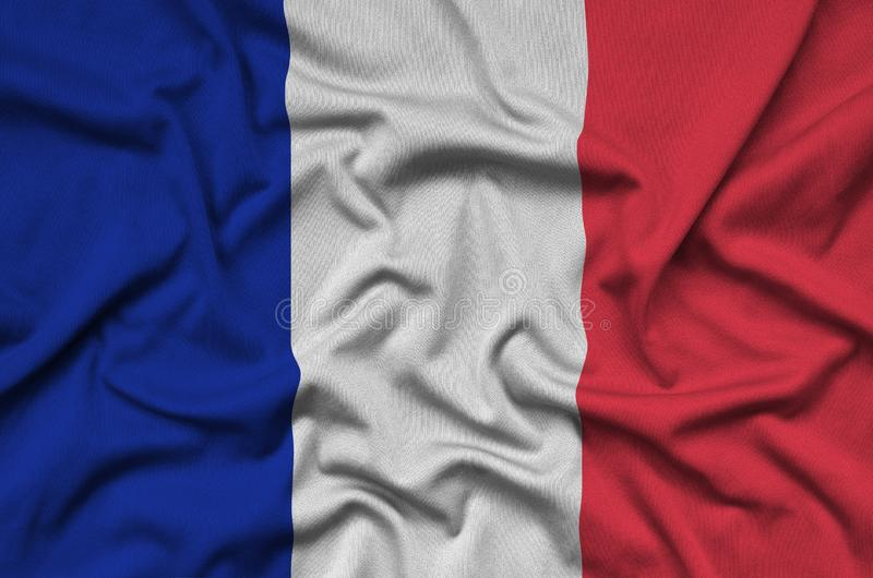 A bandeira de França é descrita em uma tela de pano dos esportes com muitas dobras Bandeira da equipe de esporte imagem de stock royalty free