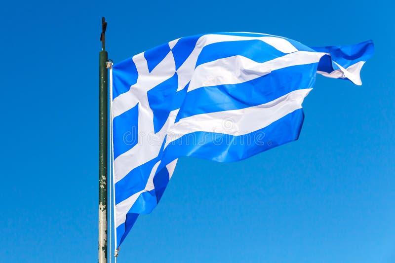Bandeira de Grécia que acena sobre o céu azul claro imagens de stock royalty free