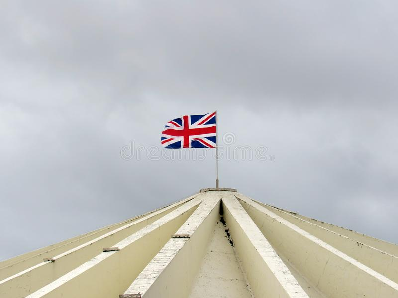 Bandeira de Inglaterra que flutua em um telhado da construção no southport imagem de stock royalty free
