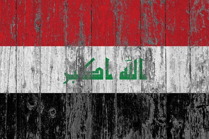 A bandeira de Iraque pintou para fora em fundo de madeira gasto da textura fotografia de stock royalty free