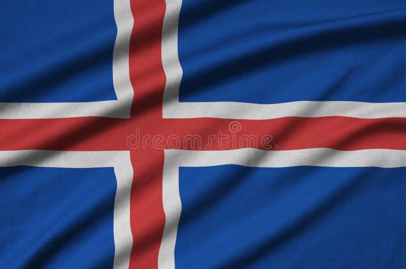 A bandeira de Islândia é descrita em uma tela de pano dos esportes com muitas dobras Bandeira da equipe de esporte foto de stock
