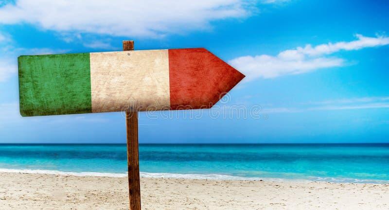 Bandeira de Itália no sinal de madeira da tabela no fundo da praia É sinal do verão de Itália ilustração stock