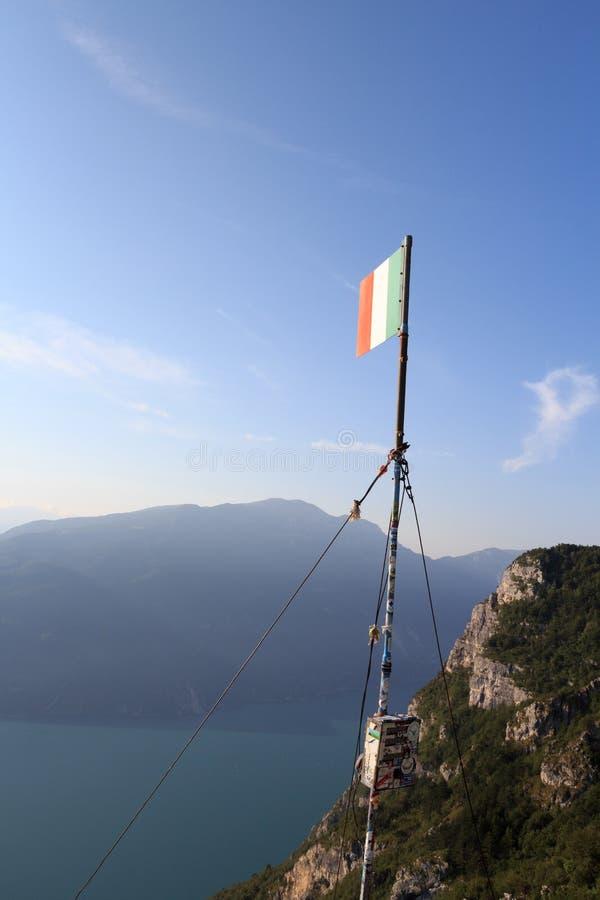 Bandeira de Italien na cimeira Cima SAT da montanha com panorama de Garda do lago foto de stock