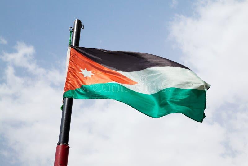 Bandeira de Jordânia que acena no vento foto de stock royalty free