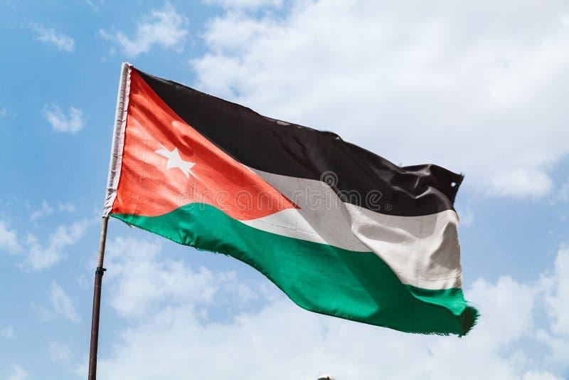 Bandeira de Jordânia que acena no vento sobre o céu foto de stock