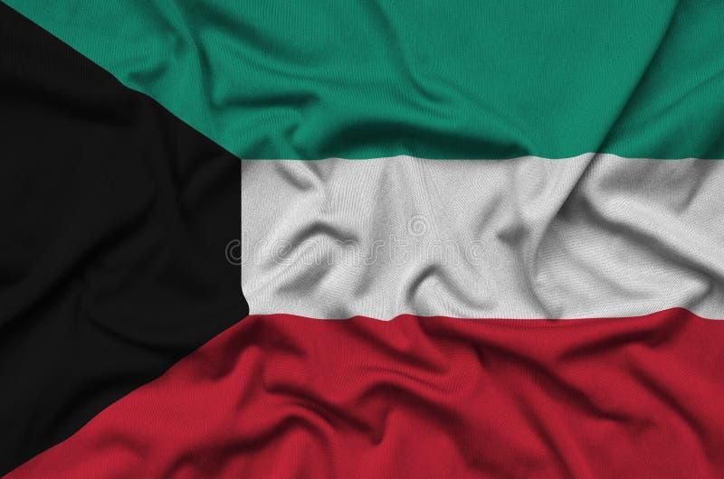 A bandeira de Kuwait é descrita em uma tela de pano dos esportes com muitas dobras Bandeira da equipe de esporte imagens de stock