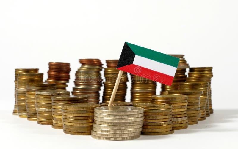 Bandeira de Kuwait com a pilha de moedas do dinheiro fotos de stock