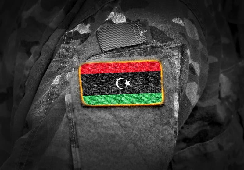 A bandeira de Líbia em soldados arma a colagem fotos de stock royalty free