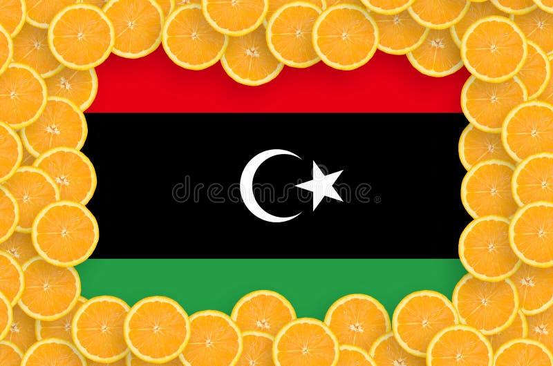 Bandeira de Líbia no quadro fresco das fatias dos citrinos foto de stock royalty free