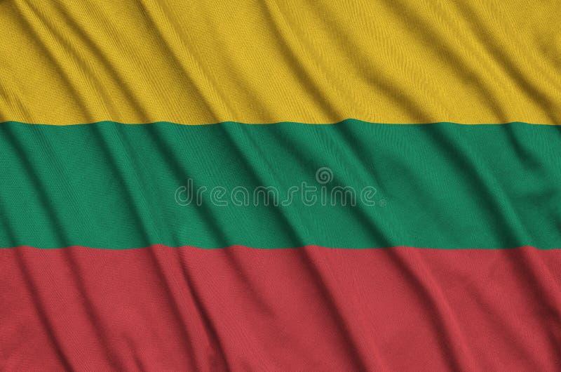 A bandeira de Lituânia é descrita em uma tela de pano dos esportes com muitas dobras Bandeira da equipe de esporte fotos de stock royalty free