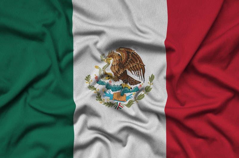 A bandeira de México é descrita em uma tela de pano dos esportes com muitas dobras Bandeira da equipe de esporte fotografia de stock royalty free