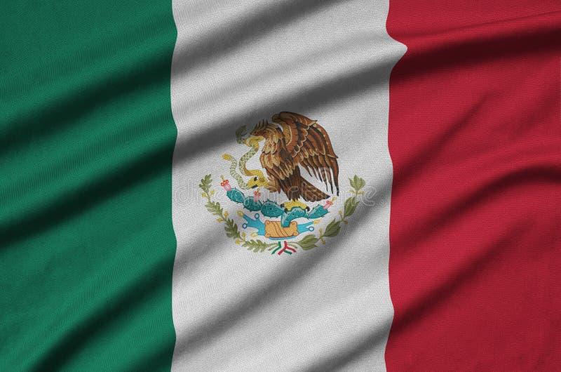 A bandeira de México é descrita em uma tela de pano dos esportes com muitas dobras Bandeira da equipe de esporte fotos de stock royalty free