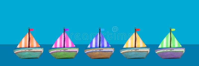 Bandeira de madeira velha colorida dos barcos do brinquedo imagem de stock