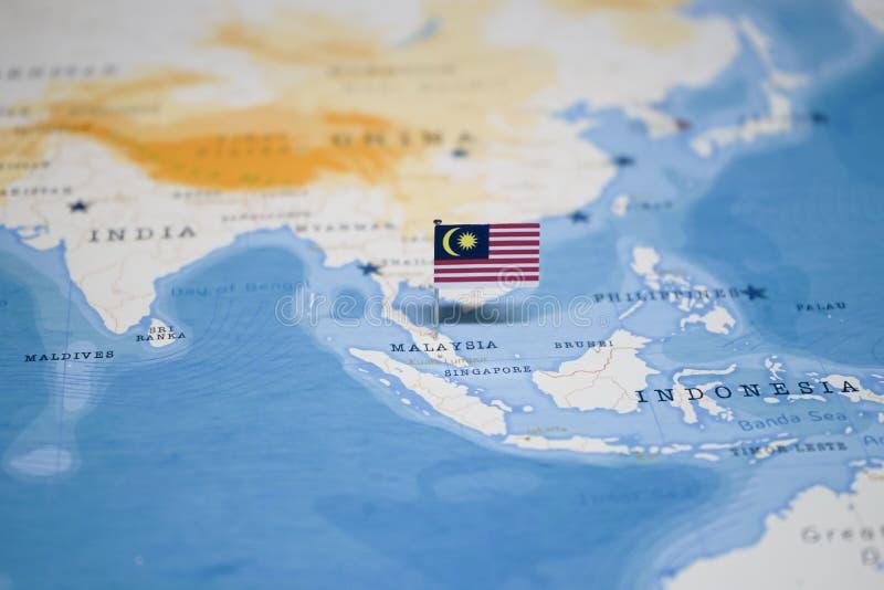 A bandeira de malaysia no mapa do mundo fotografia de stock royalty free