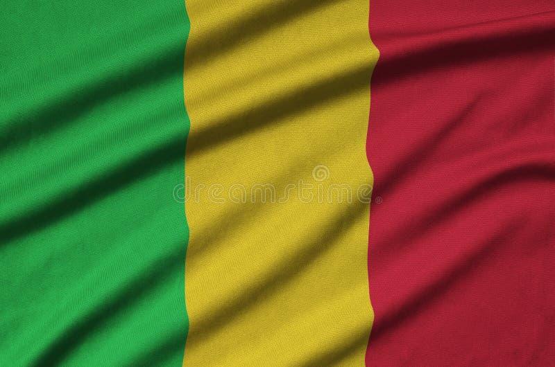 A bandeira de Mali é descrita em uma tela de pano dos esportes com muitas dobras Bandeira da equipe de esporte fotos de stock royalty free