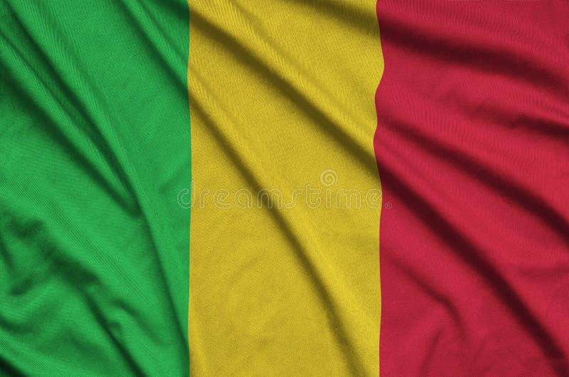 A bandeira de Mali é descrita em uma tela de pano dos esportes com muitas dobras Bandeira da equipe de esporte fotos de stock