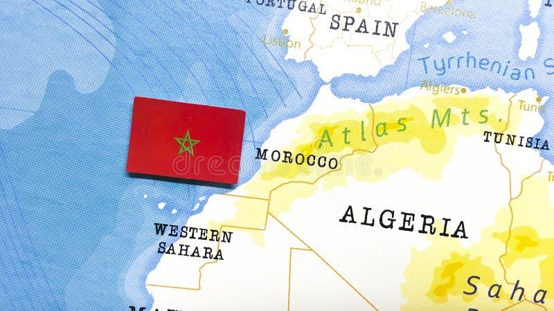 A bandeira de Marrocos no Mapa Mundial fotografia de stock royalty free