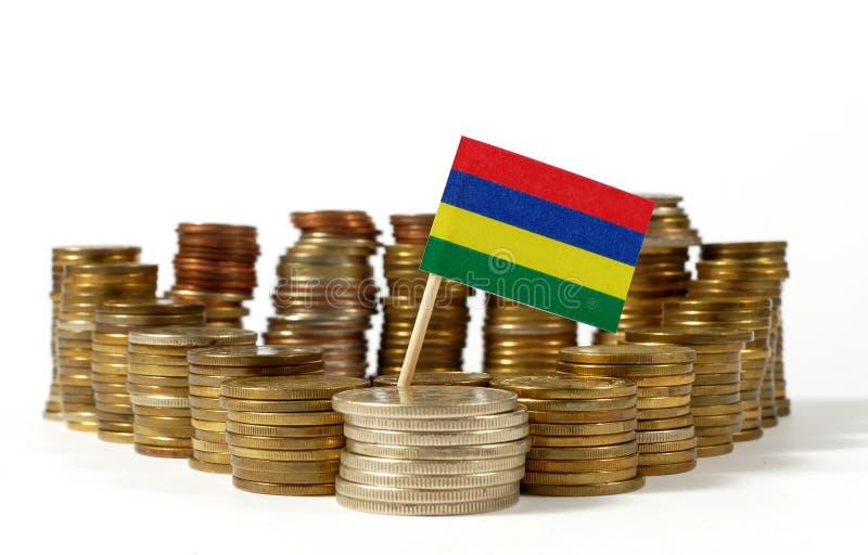 Bandeira de Maurícias com a pilha de moedas do dinheiro foto de stock