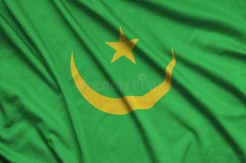 A bandeira de Mauritânia é descrita em uma tela de pano dos esportes com muitas dobras Bandeira da equipe de esporte fotos de stock