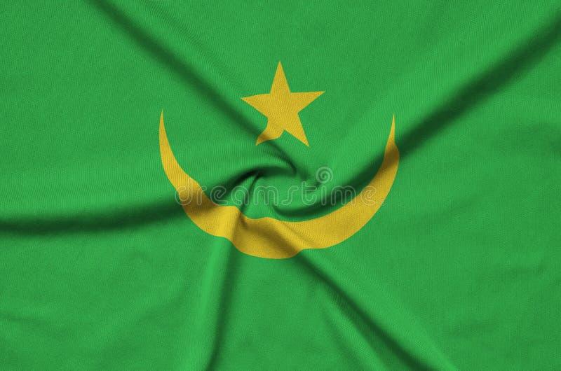 A bandeira de Mauritânia é descrita em uma tela de pano dos esportes com muitas dobras Bandeira da equipe de esporte imagens de stock