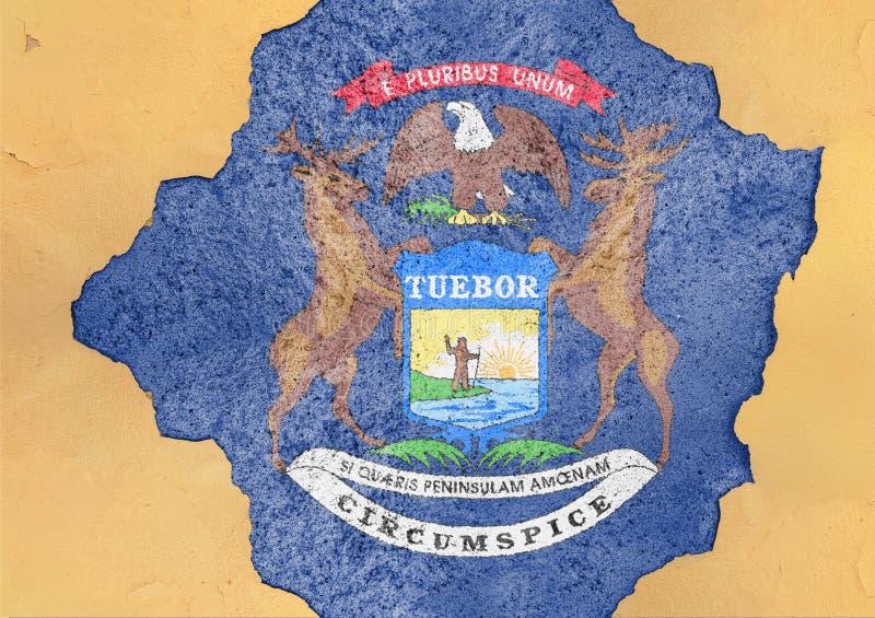Bandeira de Michigan do estado de E.U. no furo rachado concreto grande e em parede material quebrada imagens de stock royalty free