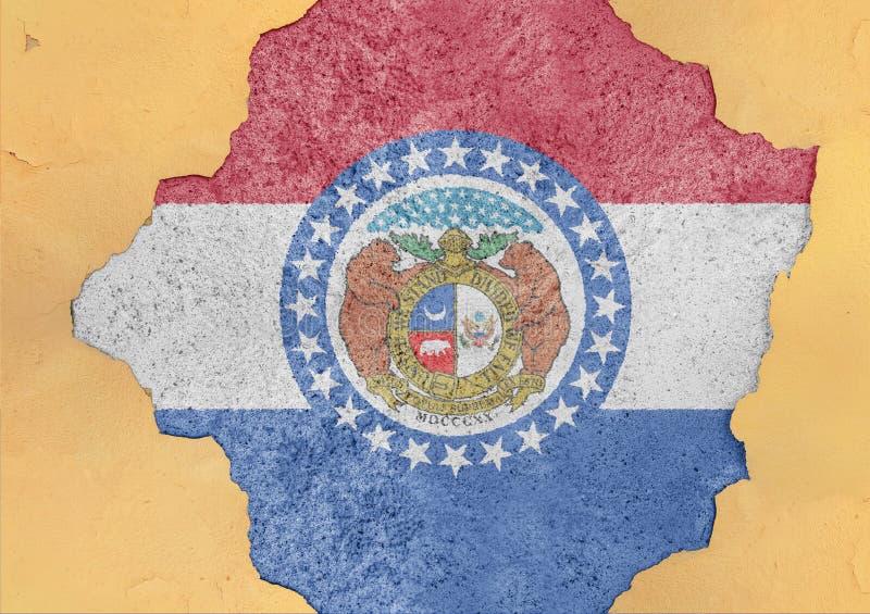 A bandeira de Missouri do estado de E.U. pintou no furo concreto e em parede rachada fotografia de stock royalty free