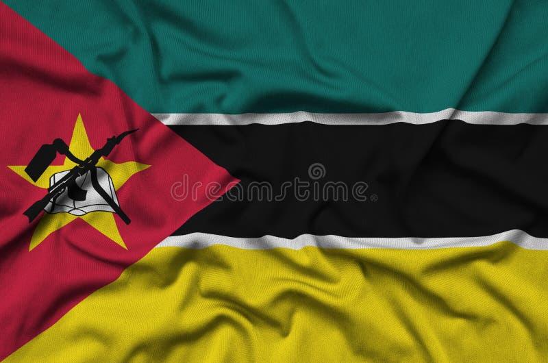 A bandeira de Moçambique é descrita em uma tela de pano dos esportes com muitas dobras Bandeira da equipe de esporte imagens de stock