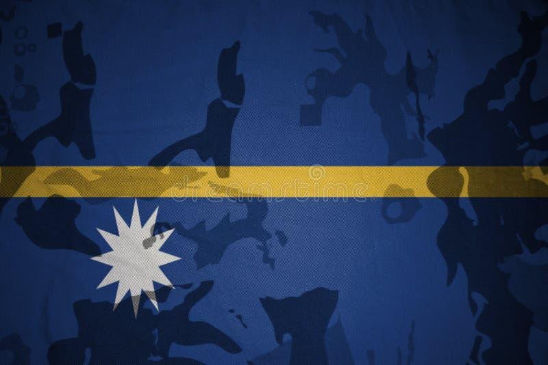 bandeira de Nauru na textura caqui Conceito militar ilustração royalty free