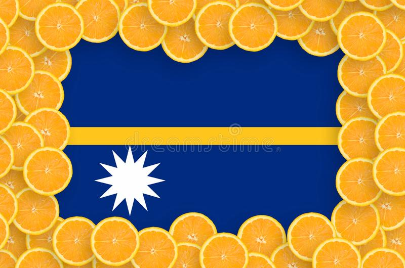 Bandeira de Nauru no quadro fresco das fatias dos citrinos ilustração do vetor