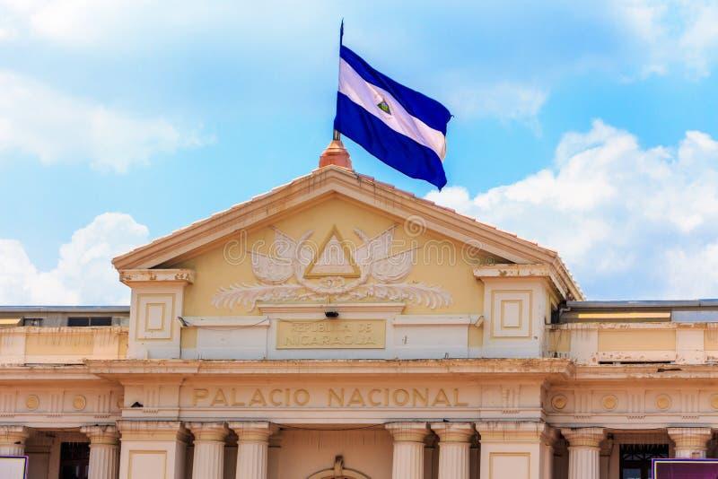Bandeira de Nicarágua no palácio nacional Bandeira de Nicarágua no fundo do céu fotos de stock royalty free
