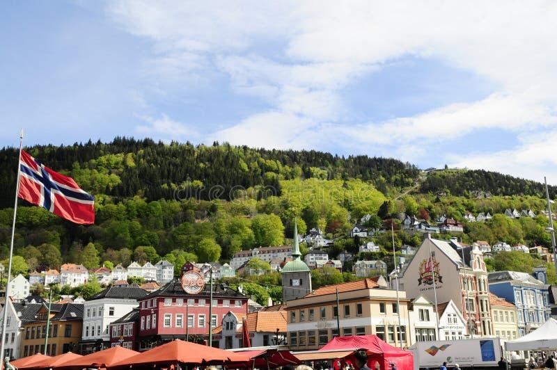Bandeira de Noruega, Bergen Historical Buildings, teleférico de Fløibanen imagens de stock royalty free