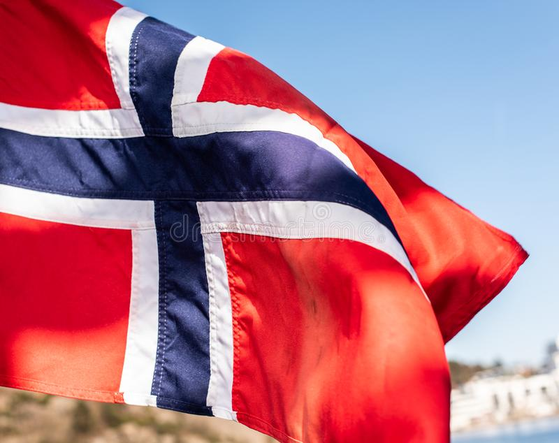 Bandeira de Noruega que acena no vento fotografia de stock