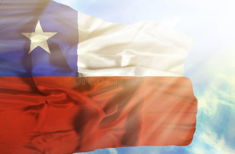Bandeira de ondulação do Chile contra o céu azul com raios de sol foto de stock royalty free