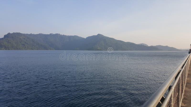 Bandeira de ondulação de Tailândia com por do sol no tempo crepuscular foto de stock royalty free