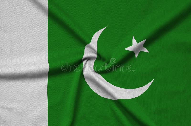 A bandeira de Paquistão é descrita em uma tela de pano dos esportes com muitas dobras Bandeira da equipe de esporte fotografia de stock royalty free