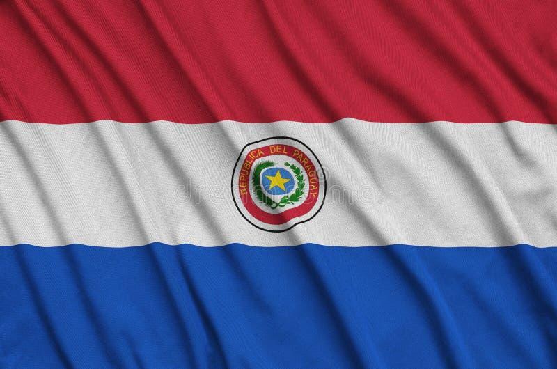 A bandeira de Paraguai é descrita em uma tela de pano dos esportes com muitas dobras Bandeira da equipe de esporte foto de stock