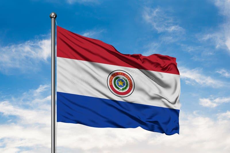 Bandeira de Paraguai que acena no vento contra o céu azul nebuloso branco Bandeira paraguaio foto de stock
